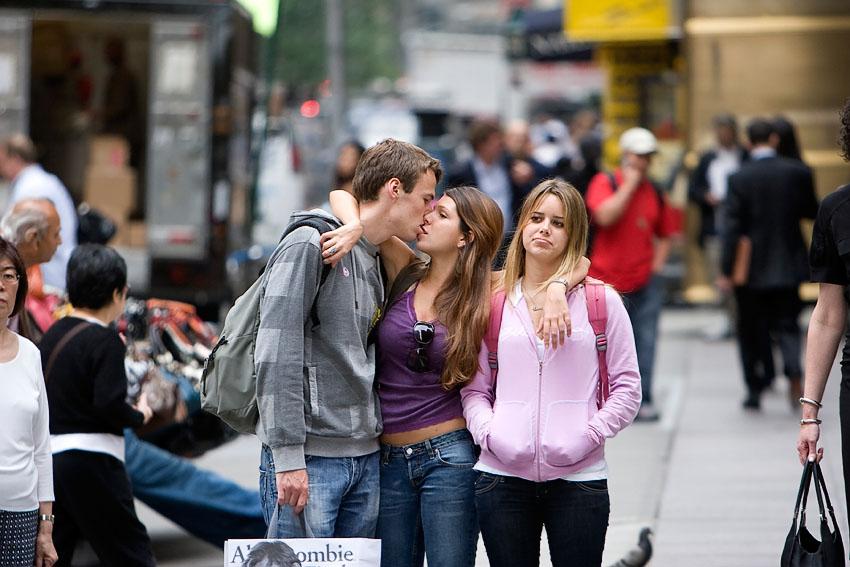 Фото три девушки и парень