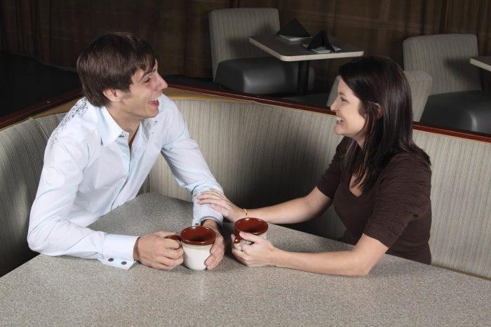 домой зачем знакомую мужчина приглашает девушку едва