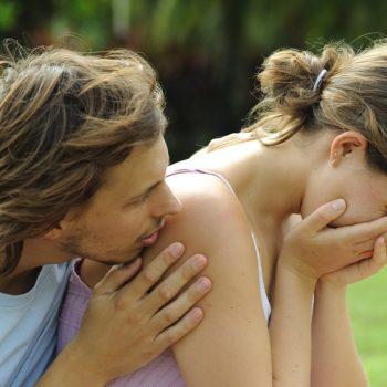 Как успокоить и утешить девушку