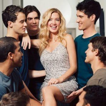 девушка общается с другими парнями