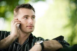 Почему девушка первой не звонит и не пишет и что делать?