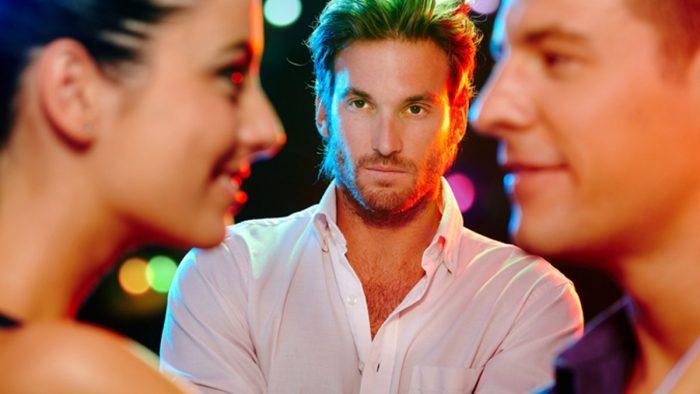 Почему любимая флиртует с другими парнями?