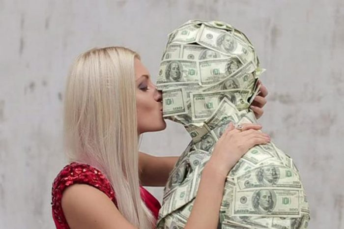 Почему мужчина должен зарабатывать деньги и обеспечивать родственников, семью материально?