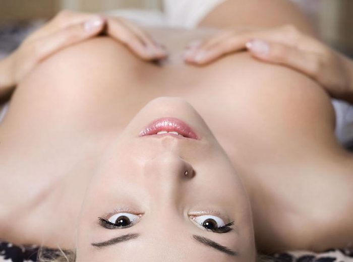 девушкам, когда ласкают их грудь