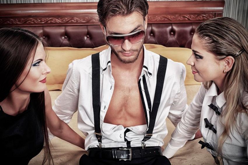 Фото парень и две девушки фото