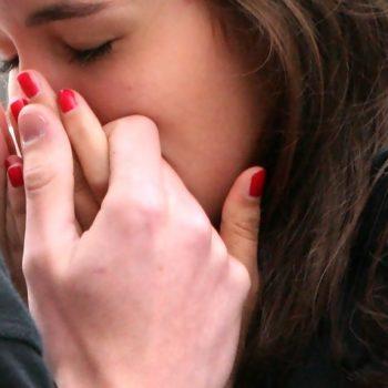 Почему девушка не хочет целоваться в губы?