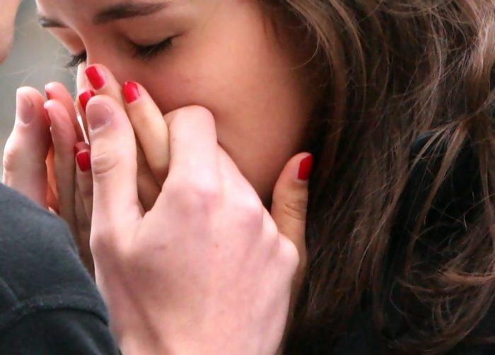 Подруги целуются и ласкают руками