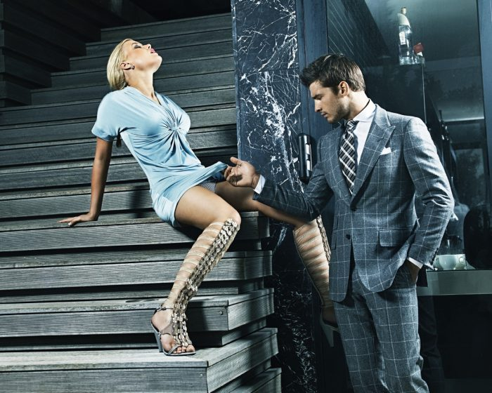 мужчина заглядывает женщине под юбку